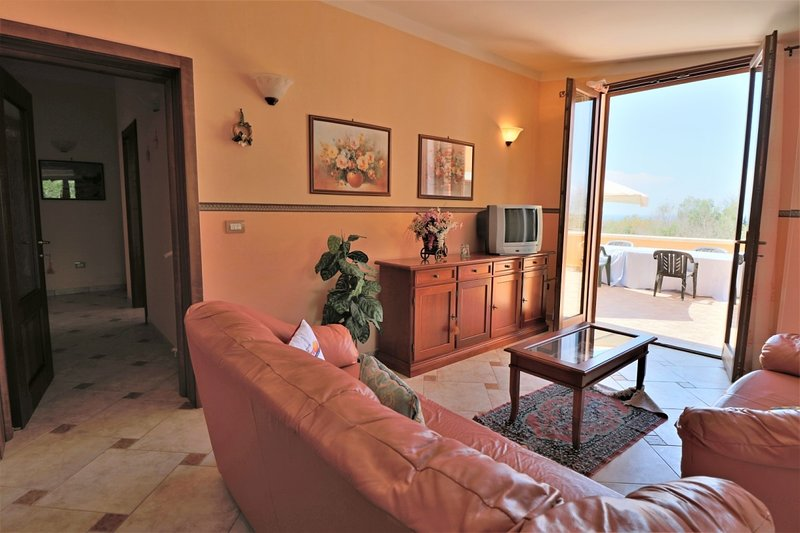 Donna Lucia holiday home overlooking the sea in Puglia just steps from the coast, holiday rental in Baia di Gallipoli