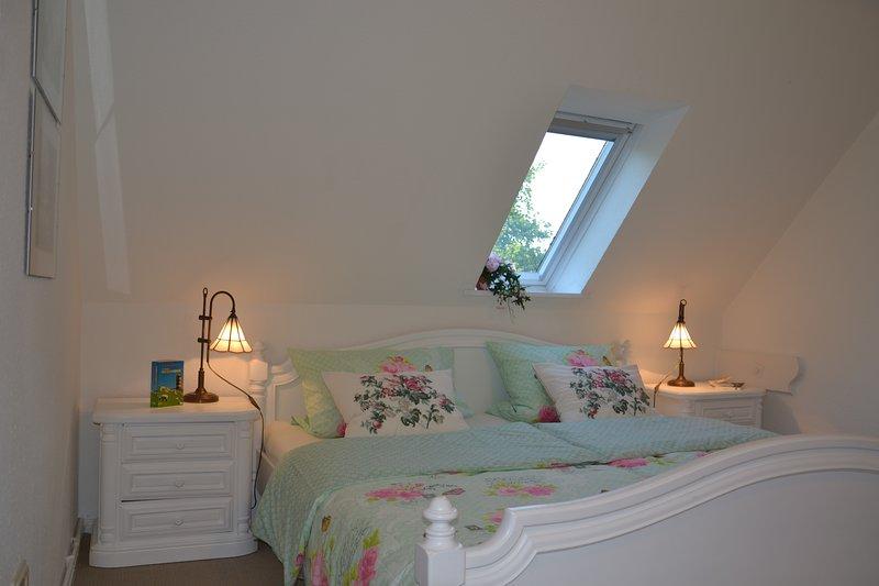 La cama doble está equipada con colchones ortopédicos para una buena noche de sueño.