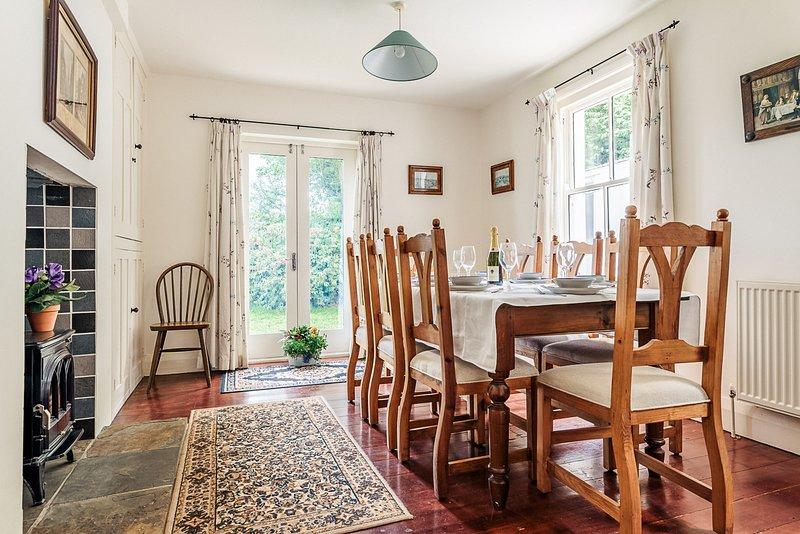 Comedor con puertas francesas para jardín