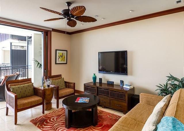 Salon avec télévision à écran plat