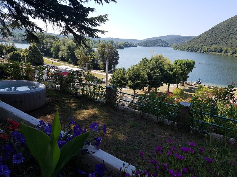 Holyday House on the shore of Lake Pieidluco, vacation rental in Labro