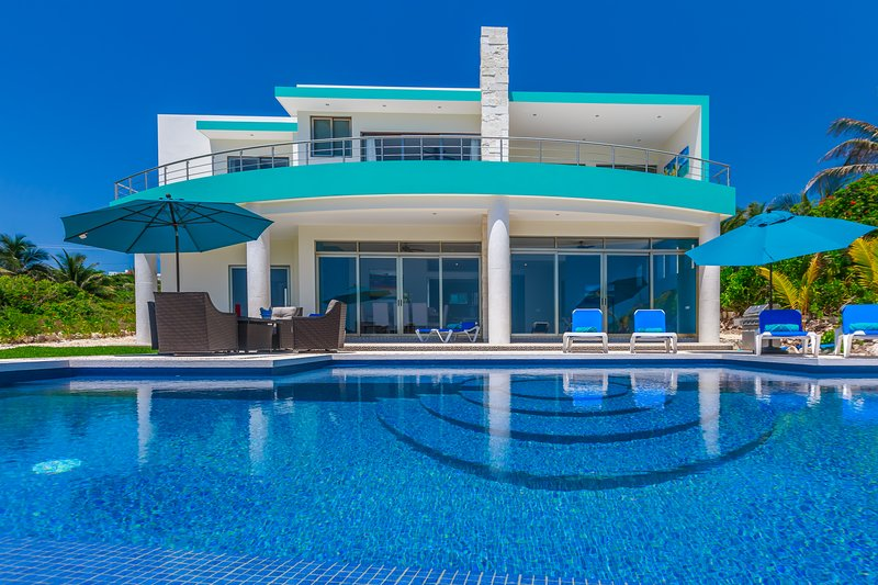 Casa Flor de Mayo - 5 Bedroom Oceanfront Dream Home, holiday rental in Isla Mujeres