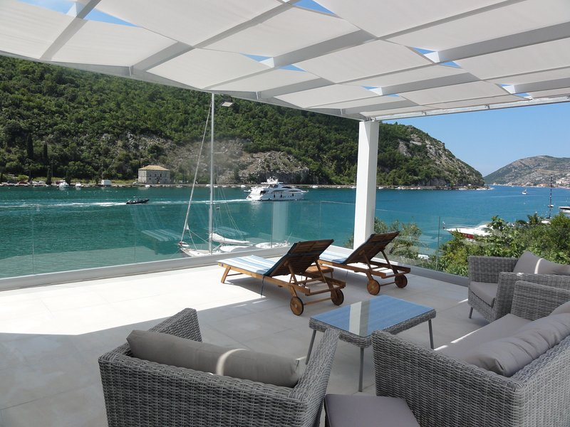 Villa Riva on sea shore, swimming pool, 5 bedrooms, great view, spacious terrace, holiday rental in Prijevor