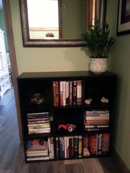 Estante com livros e jogos