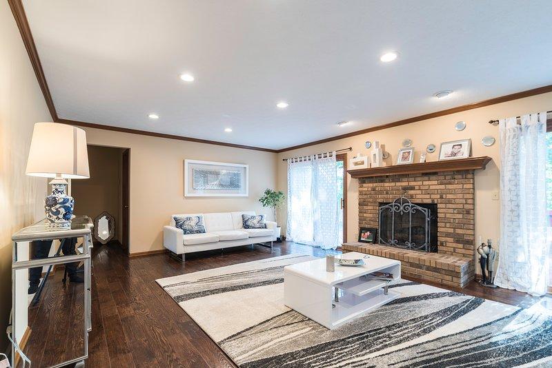 Tema di colore chiaro con mobili di design in questo splendido soggiorno.