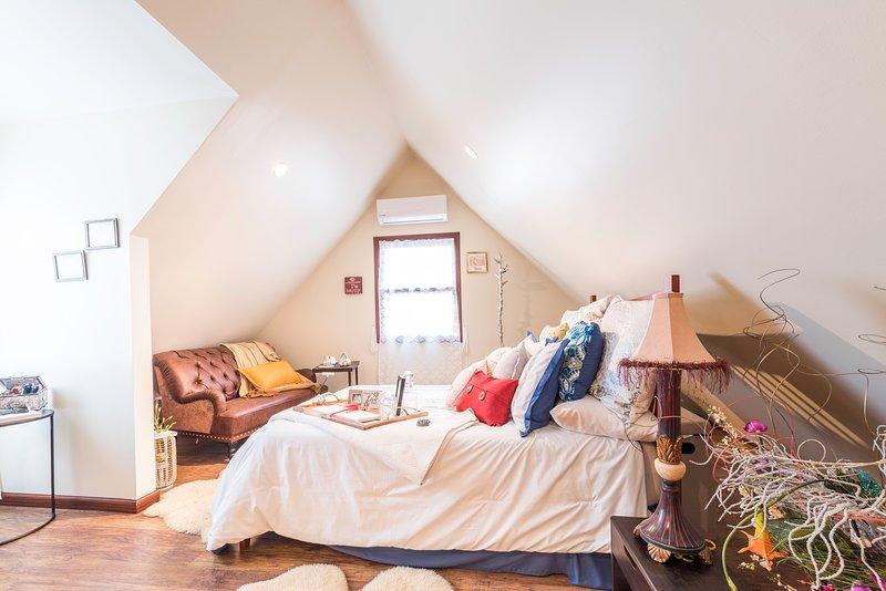 Un letto matrimoniale super confortevole con tonnellate di bellissimi tocchi circondano.