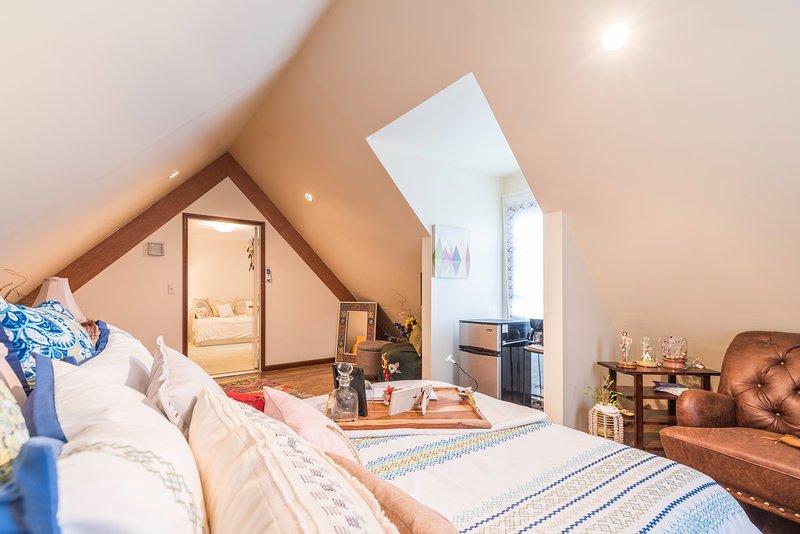 Una suite in stile mansarda bella e architettonica