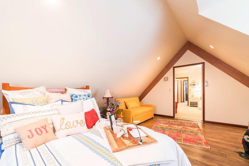 I colori vivaci e il bel sole rendono la stanza così vivida!