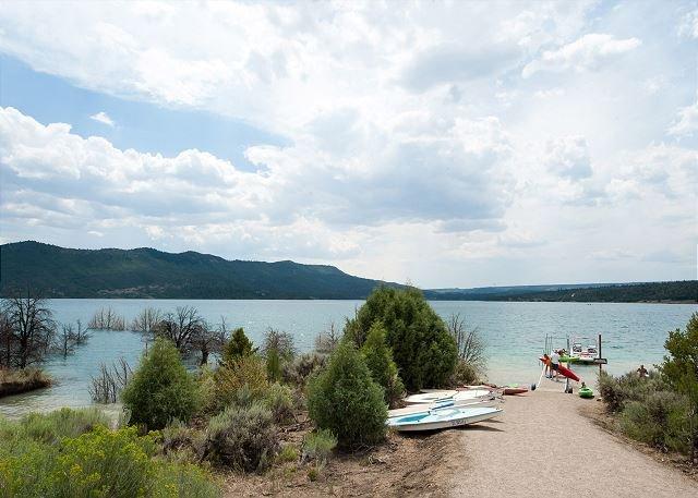 La casa está a solo 5 minutos en automóvil del lago Nig, recientemente inaugurado.