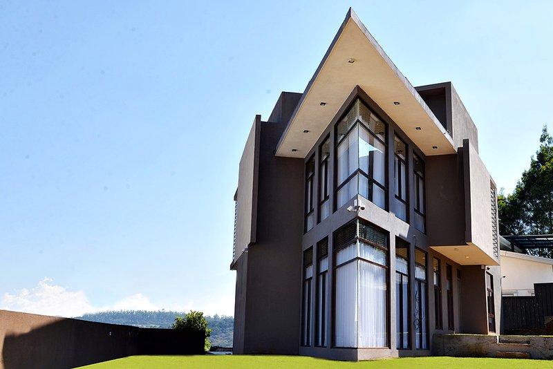 Kingsford Residences - 2 BR Luxury Apartment with mountain view in Nuwara Eliya, vakantiewoning in Belihuloya