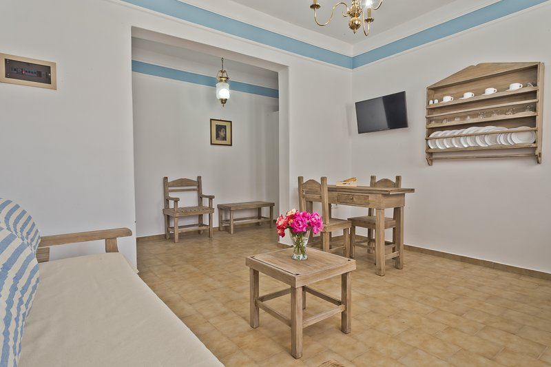 Philoxenia Apartments & Studios, vacation rental in Amoopi