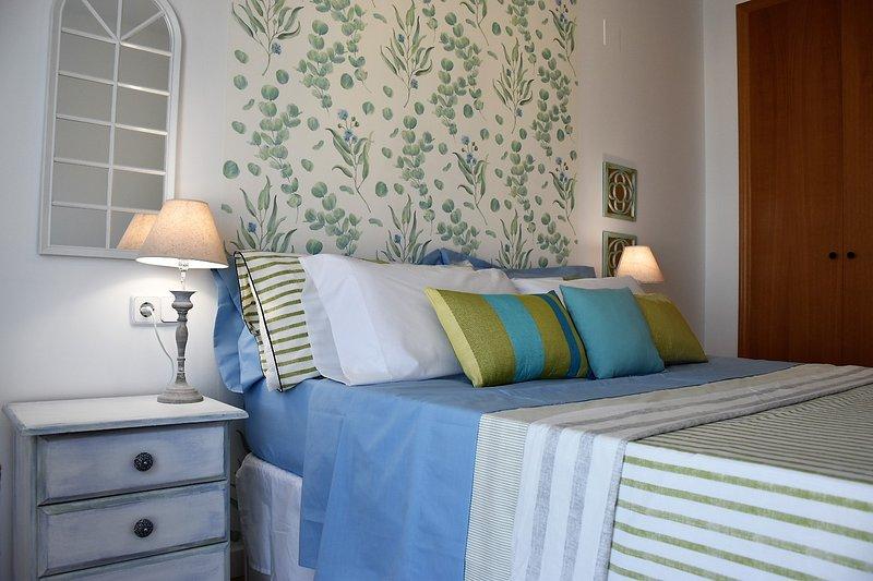 Acogedor dormitorio con cama de 1,50 x 2,0 m.