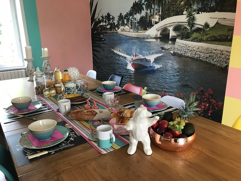 Grande table à manger, idéale pour les grands groupes