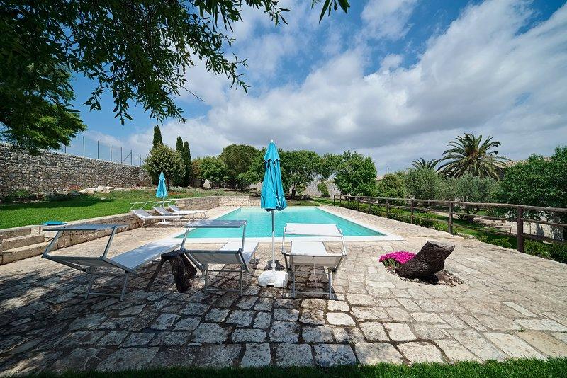 Scifazzo, tipica villa siciliana con piscina, holiday rental in Marina di Ragusa