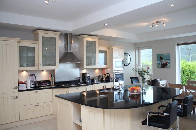 Castle View House -  Ring of Kerry- Sea Views - Beach - Fast WiFi - Sleeps 12, aluguéis de temporada em Glenbeigh