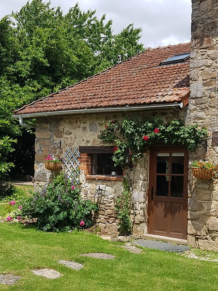 Couple's Peace & Tranquility, holiday rental in Saint-Yrieix-la-Perche