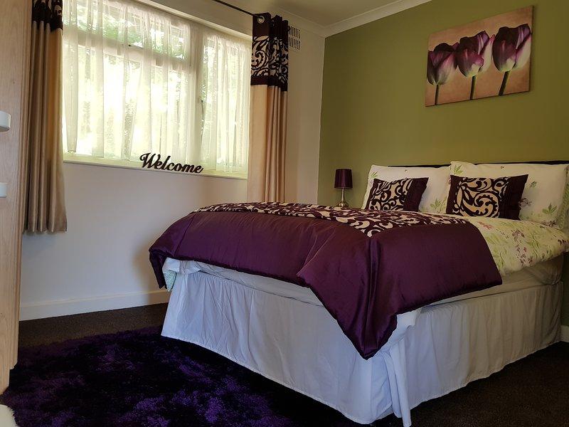 Cómoda habitación moderna con cama doble con muelles y topper de espuma de memoria