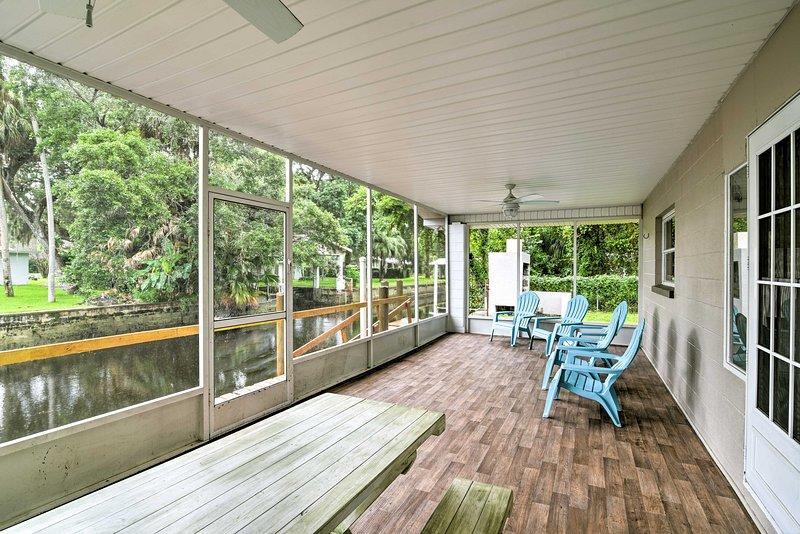 Updated Rustic Yankeetown Home w/Lanai, Canal Dock, alquiler vacacional en Inglis