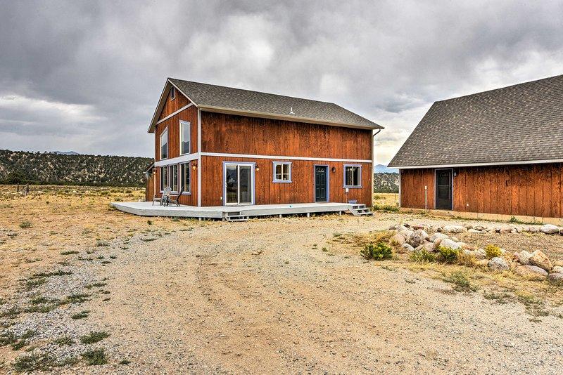 Esta casa cuenta con casi 1,500 pies cuadrados de encanto rústico para 7 personas.