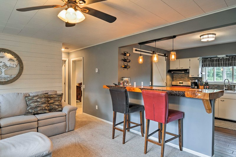 Esta acogedora casa de alquiler de vacaciones en Harbor Springs es ideal para hasta 6 personas.