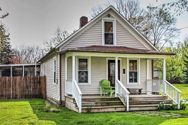 Fuga in questa pittoresca casa vacanze a Three Oaks!