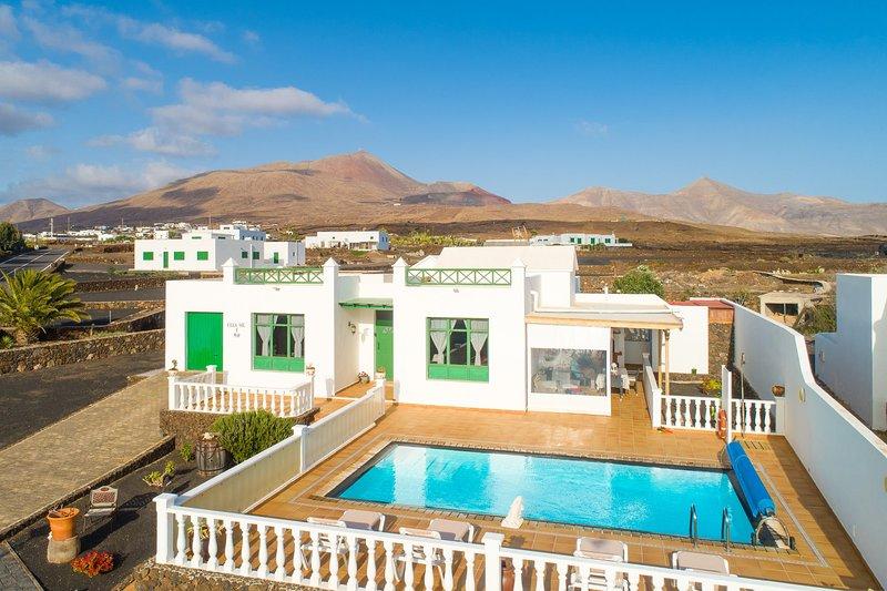 Villa Sol y Mar: Large Heated Private Pool, Sea Views, WiFi, holiday rental in Las Brenas