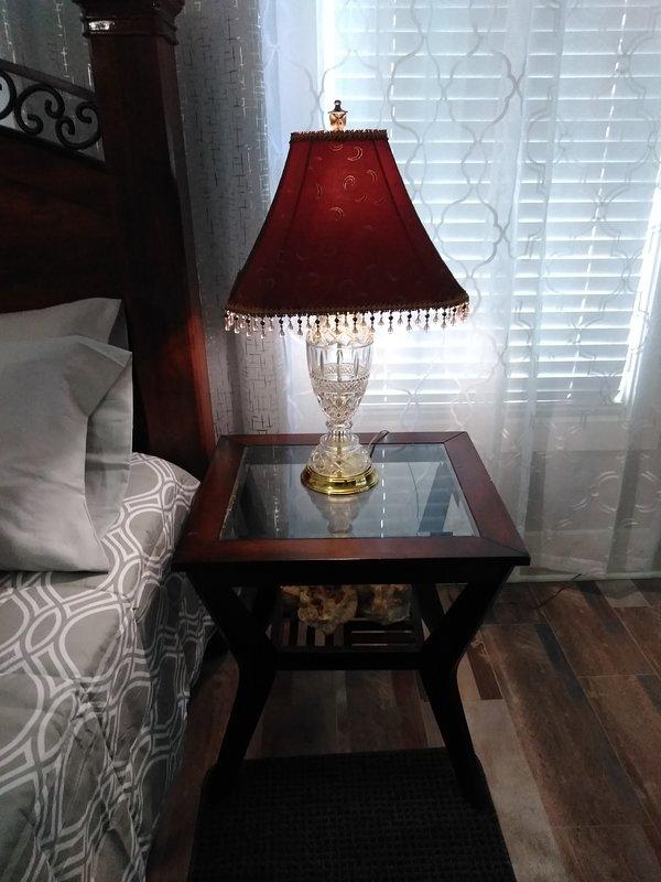 Lindas lámparas de noche con 2 mesas de lámparas a juego.