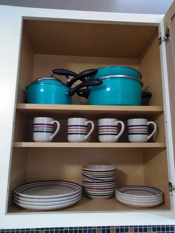 Platos, tazas, cuencos y ollas.