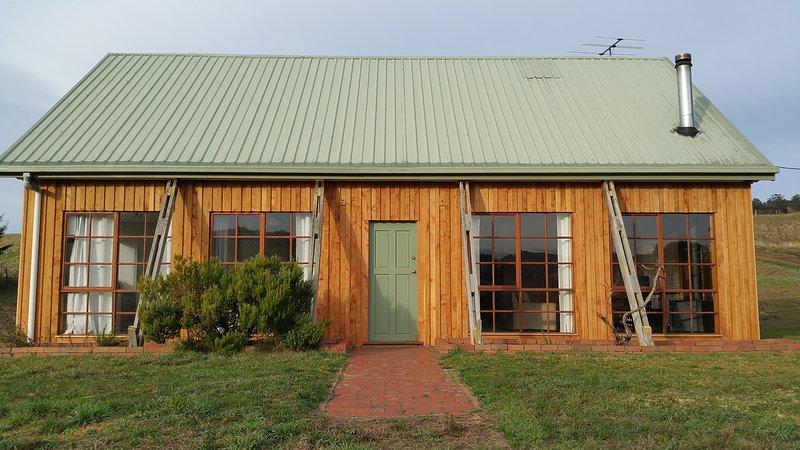 Spacious 2 bedroom cottage amongst the vines., location de vacances à Austins Ferry
