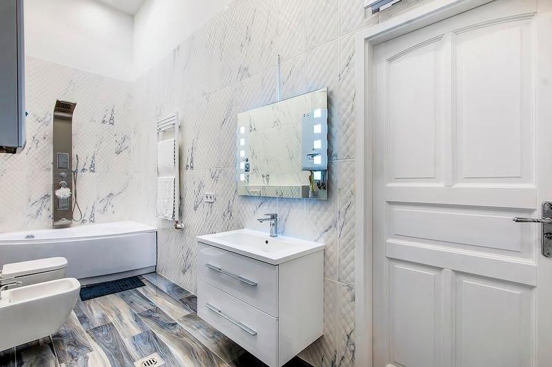 il bagno con ceramiche italiane e spagnole .... per il massimo relax la doccia emozionale.
