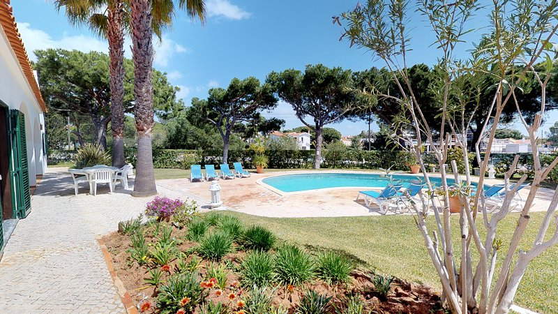 Villa Tolima 4 bedroom villa with  pool FREE WIFI  located close to 'Agua Park', vacation rental in Vilamoura
