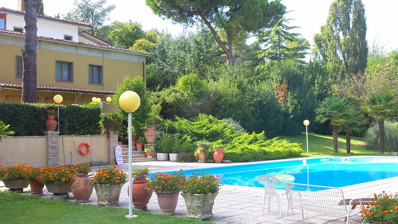 Amazing apartment with shared pool, location de vacances à Carignano