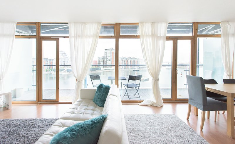 Modern & Bright | London Dockside Apartment | ExCel Center, holiday rental in Stratford City