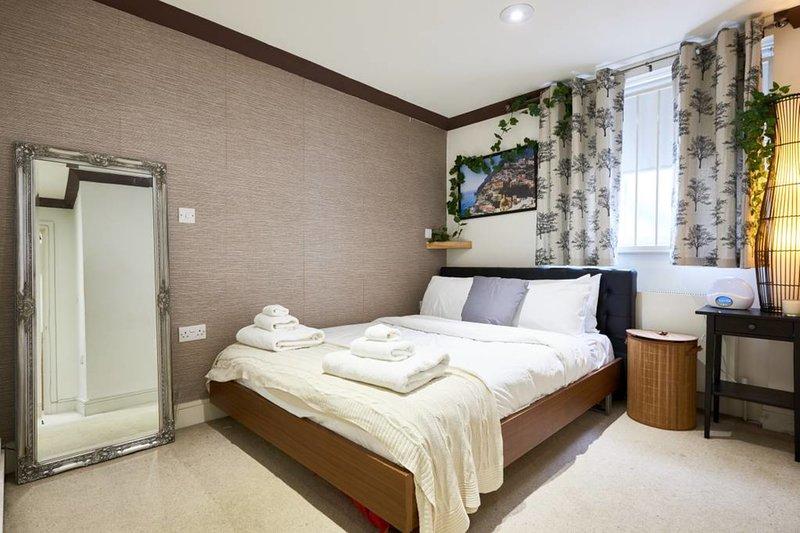 El dormitorio principal es espacioso, con una cama cómoda para dormir bien.