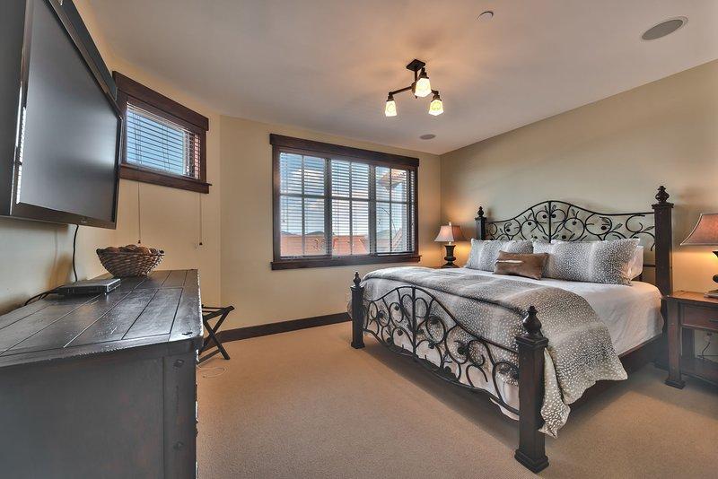 Camera da letto principale con letto king size e Smart TV