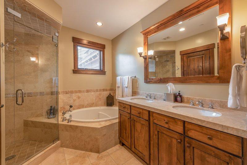 Bagno principale con doppio lavabo, vasca idromassaggio e doccia separata