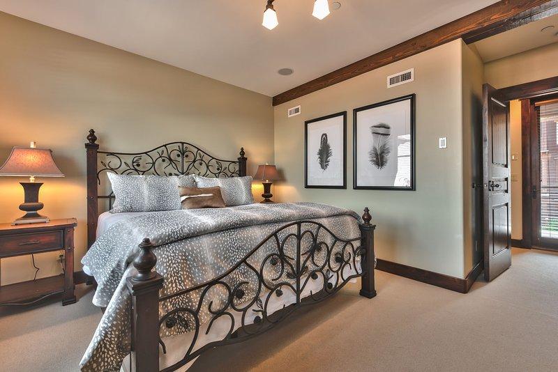 Camera da letto principale con letto king size, TV, bagno privato e terrazza