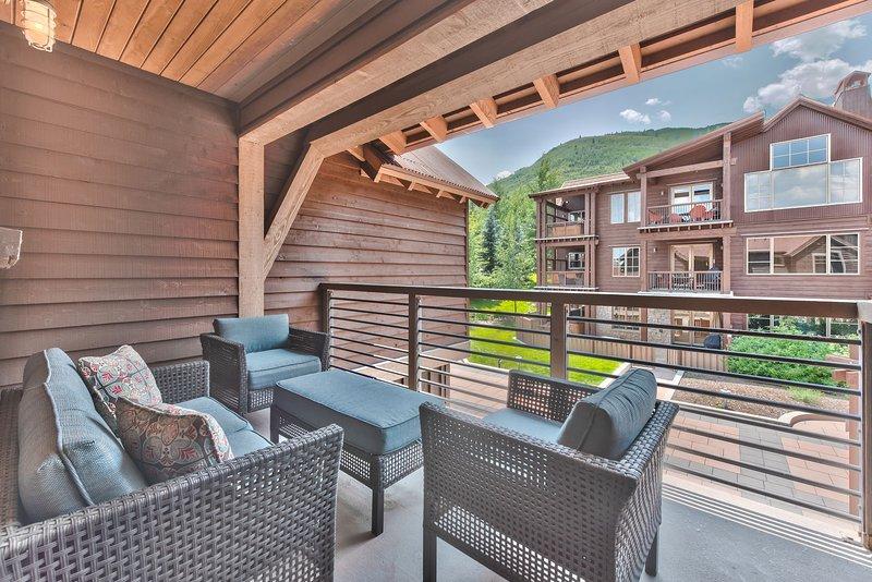 Deck off the Master Bedroom with Patio Seating Affacciato sul cortile con vista sulle montagne
