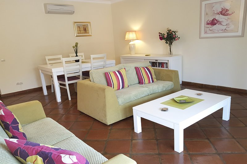 DomusIberica Apartment. 2 Bedrooms, Full Air-Conditioning, Walk to the Beach., vacation rental in Burgau