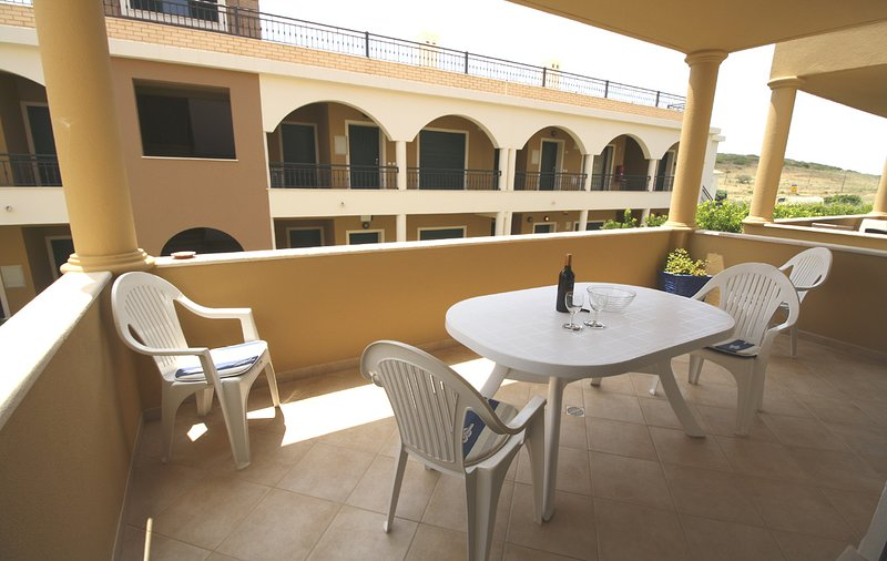 DomusIberica Apartment. 2 Bedrooms, Full Air-Conditioning, Walk to the Beach., casa vacanza a Barao de Sao Miguel
