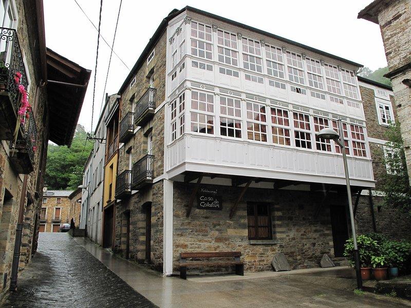 Alquilo,Casa completa del Siglo 19 al lado Rio Navia para 8 a19 o mas personas., vacation rental in Becerrea