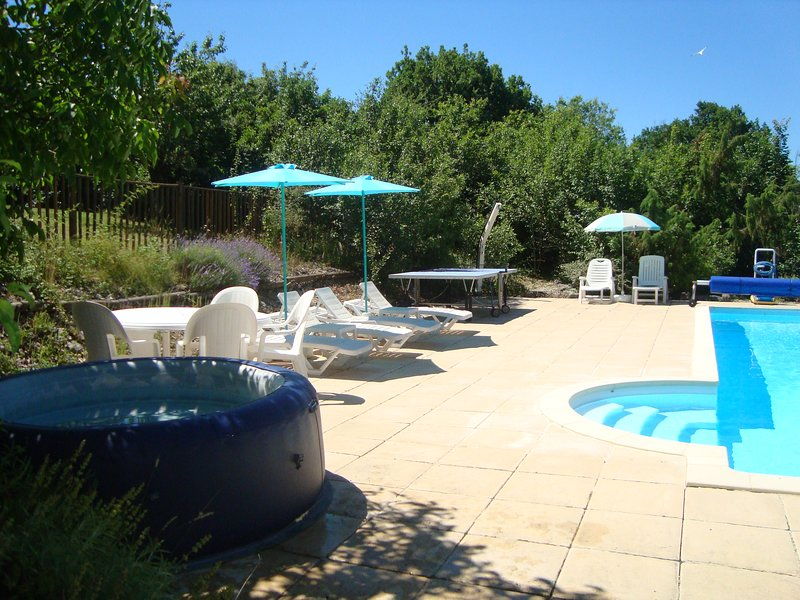 La Provençal - 2 bed rental in hills with shared pool and views, alquiler vacacional en Nuzejouls