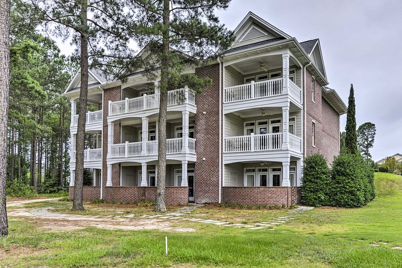 Anderson Creek Resort Condo on Golf Course w/ Pool, holiday rental in Olivia
