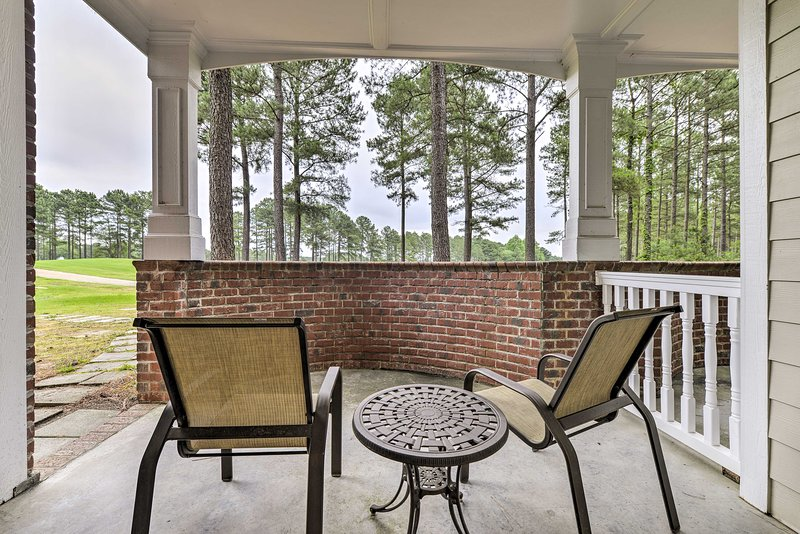 Resort-Style Condo on Golf Course w/ Private Pool!, holiday rental in Olivia