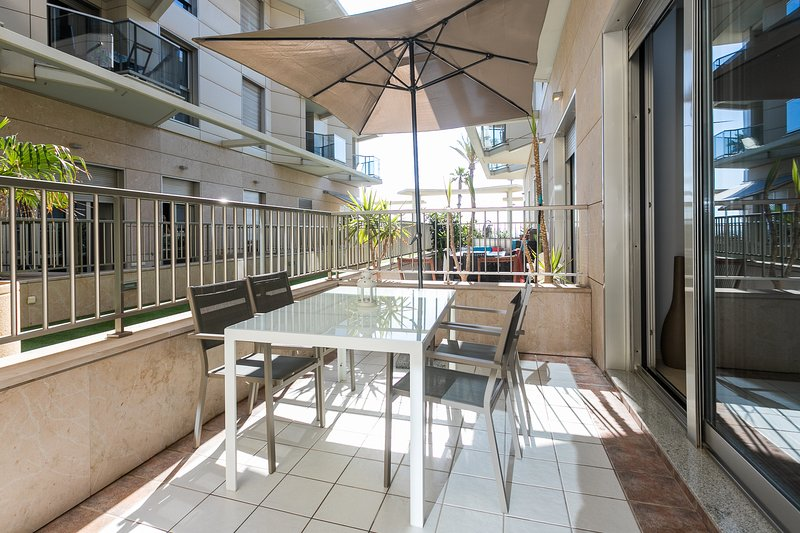 Terraza equipada con mesa y sillas y zona relax. Terrace equipped with table and chairs and relaxati