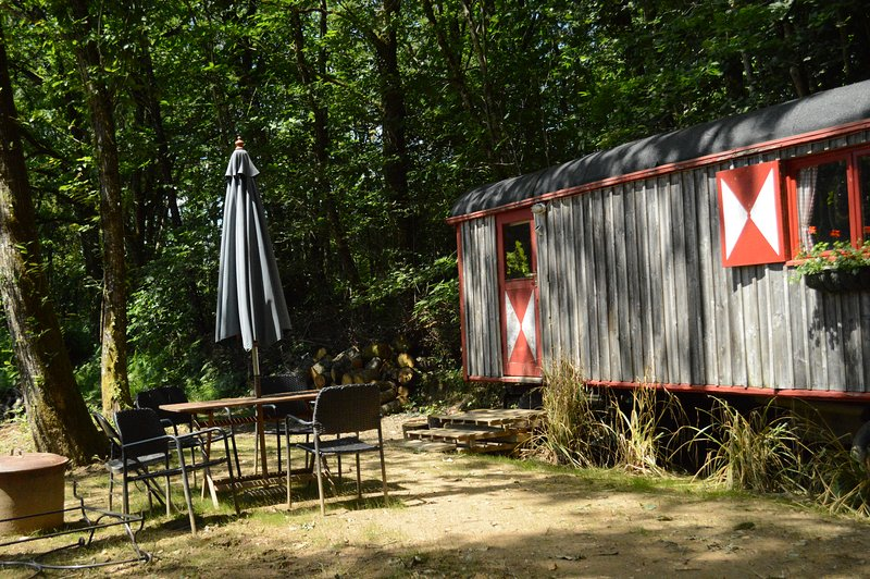 GoGreen Roulotte - beautiful shepherds hut on private lake in rural France, casa vacanza a Ladignac le Long