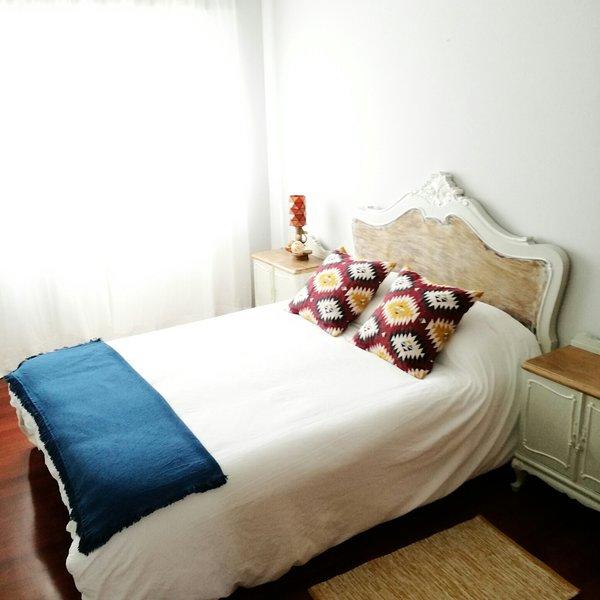 Habitación Nº2 de matrimonio con cama 1,35m. Dispone de armario amplio. Exterior con mucha luz.