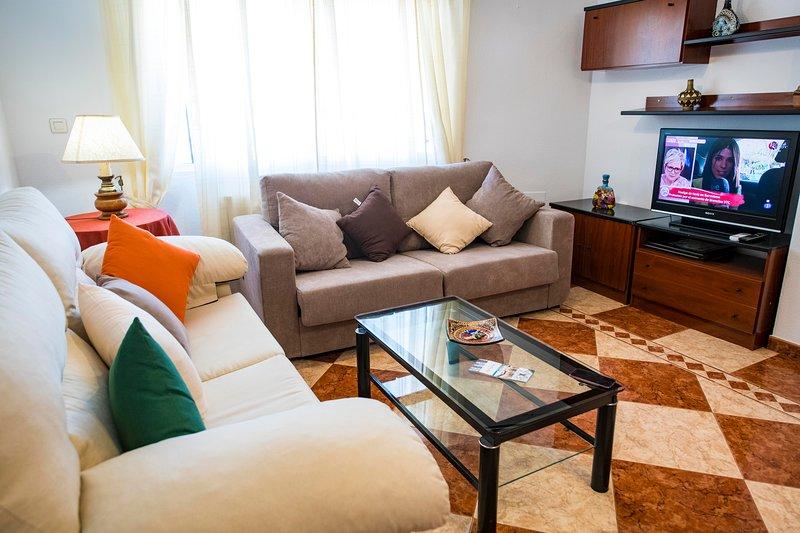 BONITA CASA TODO EXTERIOR CON EXCELENTE UBICACIÓN, vacation rental in Churriana de la Vega