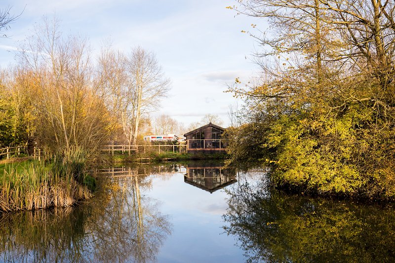 Luxury Wooden Lakeside Lodge CARRION Near Longleat, holiday rental in Erlestoke