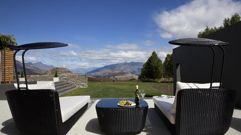 Beautifully Decorated Luxury Home with Hot Tub and Stunning Views of Wakatipu, holiday rental in Gibbston